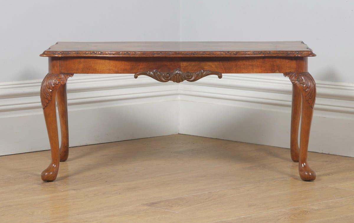 Etonnant Antique English Queen Anne Style Carved Burr Walnut Rectangular Coffee Table  (Circa 1920)