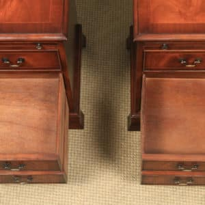 Pair of English Georgian Style Figured Mahogany Bedside Chest of Drawers Tables / Nightstands by Bradley (Circa 1980) - yolagray.com